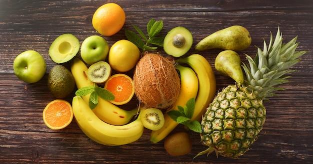 Verschillende vruchten over houten oppervlak
