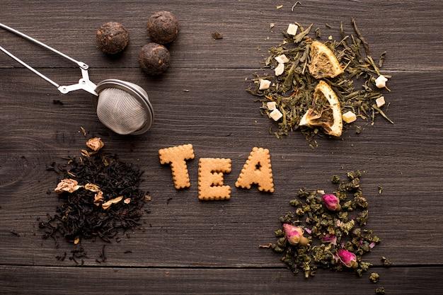 Verschillende weergaven van thee en een cookie-inscriptie op een houten tafel