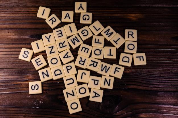 Verschillende willekeurige letters op rustieke houten tafel