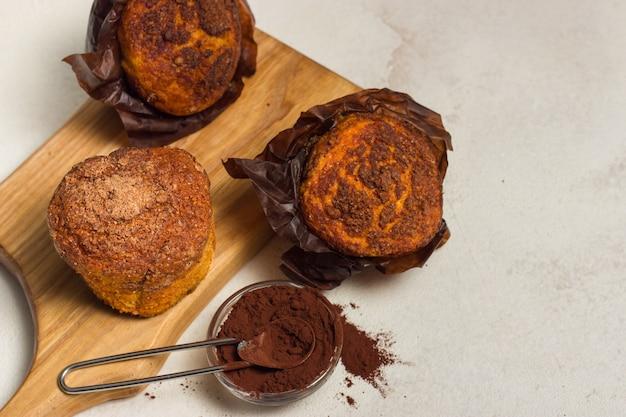 Verschillende zelfgemaakte muffins met chocolade en cacao en bakken. copyspace.