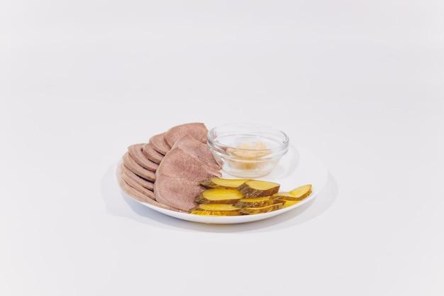 Verschillende zoute snacks op een kom en een witte achtergrond.