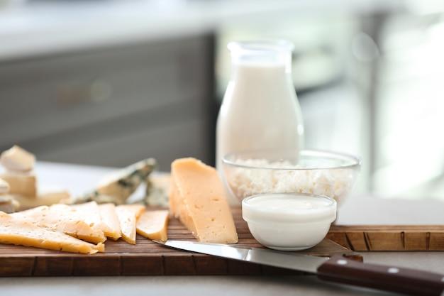 Verschillende zuivelproducten op grijze tafel