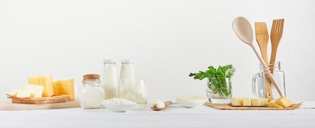 Verschillende zuivelproducten op witte achtergrond met melk, kaas, boter, eieren, mozzarella en cottage