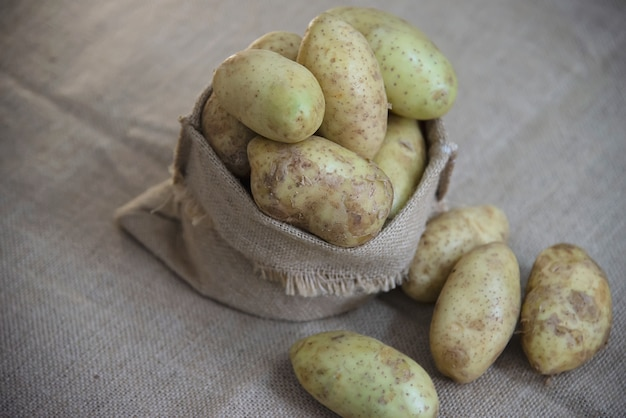 Verse aardappel in de keuken klaar om te worden gekookt