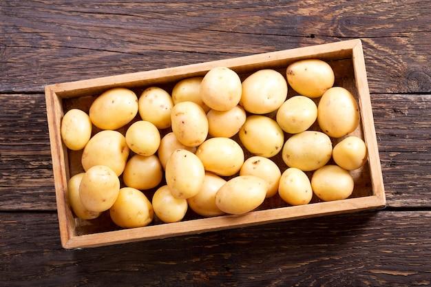 Verse aardappel in houten kist