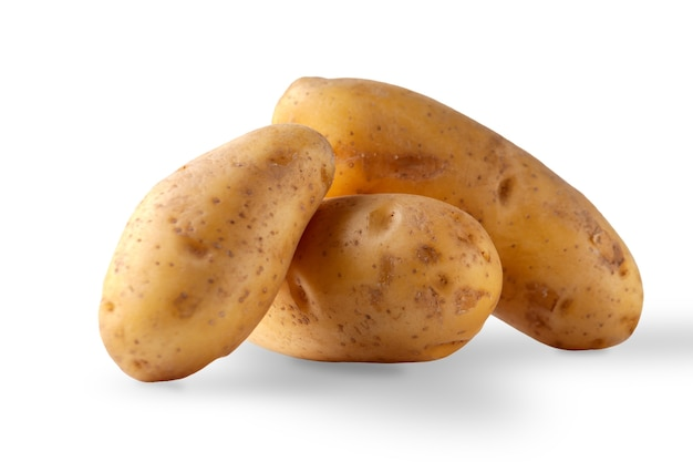 Verse aardappelen geïsoleerd op een witte achtergrond close-up