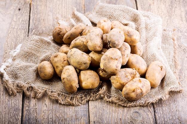 Verse aardappelen op een houten tafel