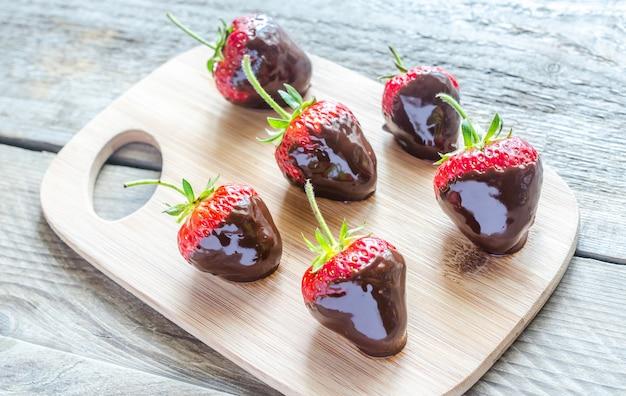 Verse aardbeien bedekt met donkere chocolade