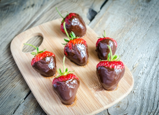 Verse aardbeien bedekt met pure chocolade