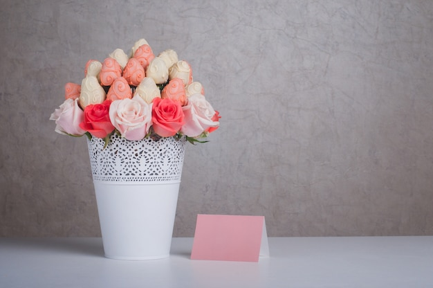 Verse aardbeien bedekt met roze en witte chocolade met roze bloemen