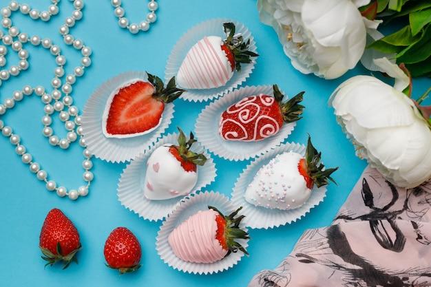 Verse aardbeien bedekt met witte en roze chocolade
