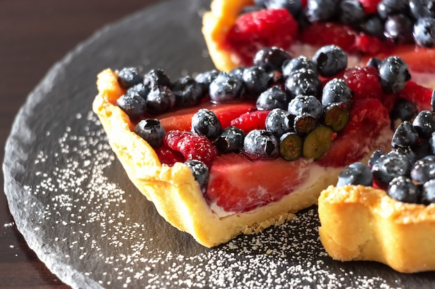 Verse aardbeien, bosbessen en frambozen ricotta taart.