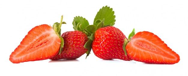 Verse aardbeien die op wit worden geïsoleerd
