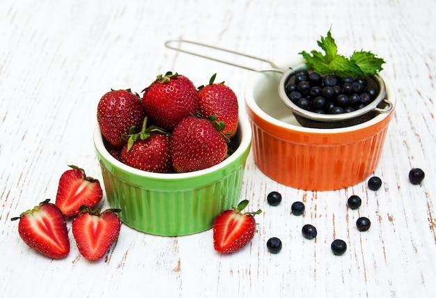 Verse aardbeien en bosbessen