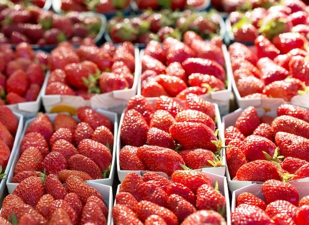 Verse aardbeien in de manden op een markt
