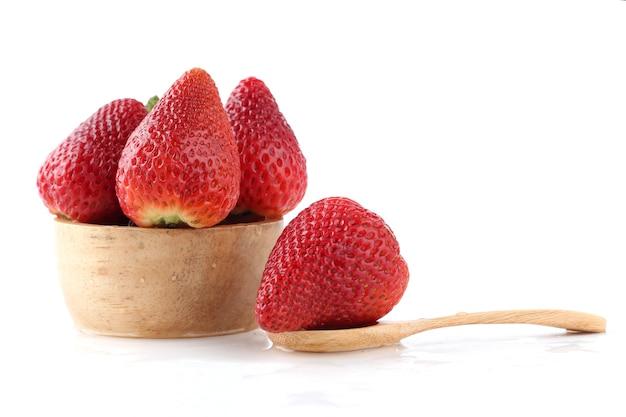 Verse aardbeien in een houten kom close-up