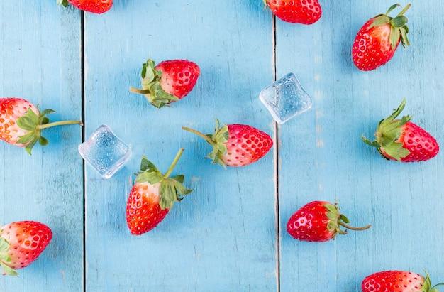 Verse aardbeien in een kom op houten tafel