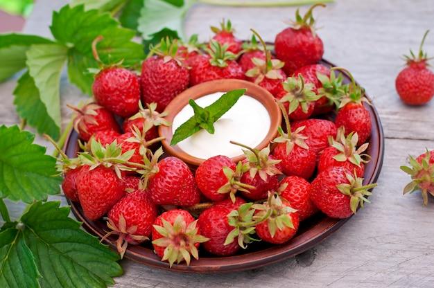 Verse aardbeien in een mand op een tafel in de tuin