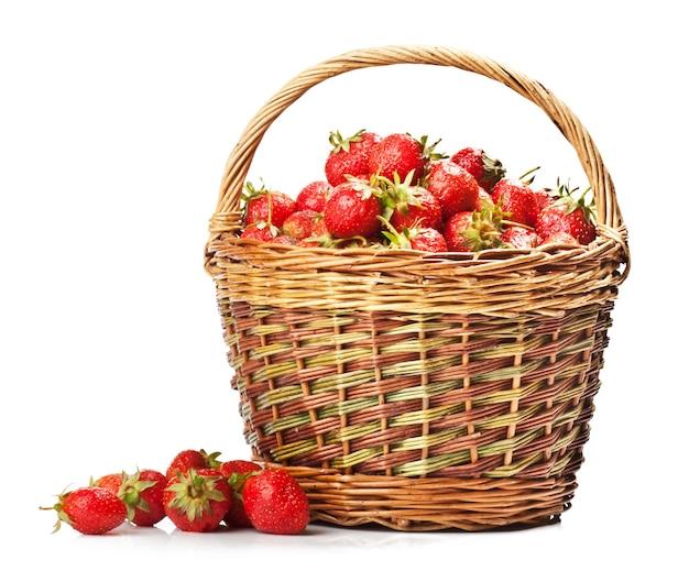 Verse aardbeien in een mand op een witte achtergrond