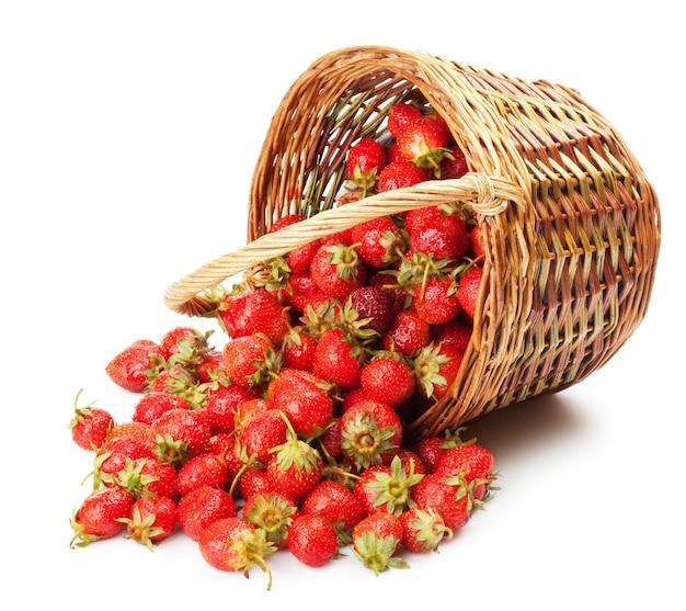 Verse aardbeien in een mand op wit