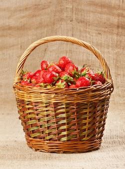 Verse aardbeien in een mand