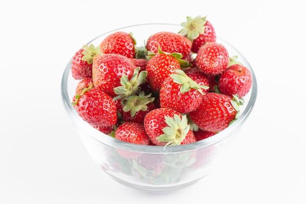 Verse aardbeien in een transparante kom geïsoleerd op een witte achtergrond, bovenaanzicht