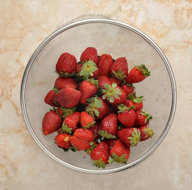 Verse aardbeien in een vergiet
