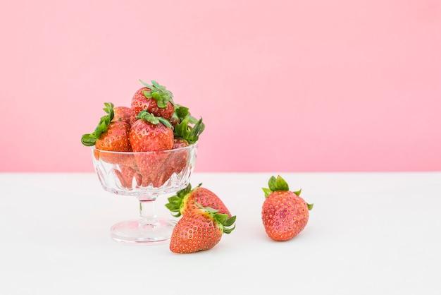 Verse aardbeien in glas
