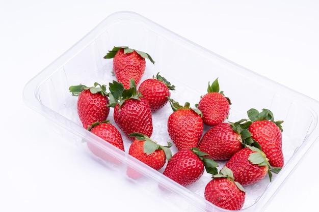 Verse aardbeien in plastic punet, klaar om te worden geconsumeerd