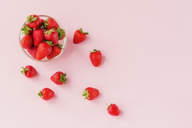 Verse aardbeien in transparante glazen kom plat leggen