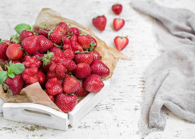 Verse aardbeien op een houten dienblad