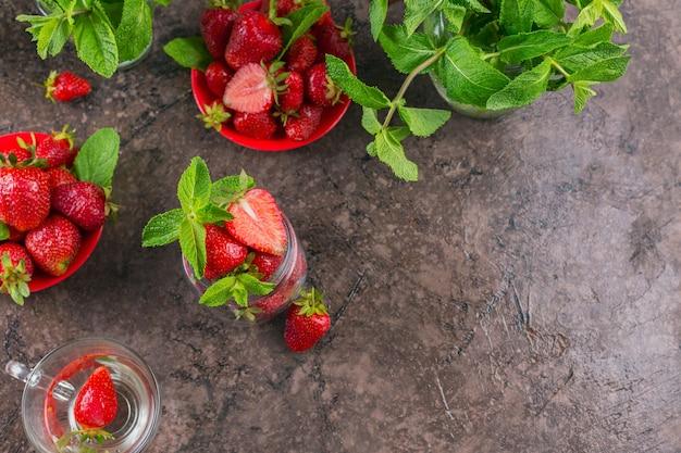Verse aardbeien op glazen pot bovenaanzicht. gezond eten op donkere tafel mock-up