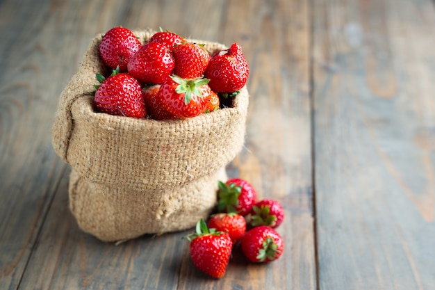Verse aardbeien op houten tafel.