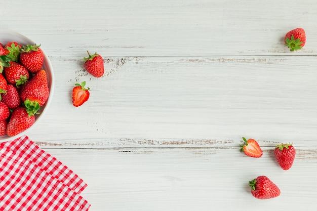 Verse aardbeien op keramische kom bovenaanzicht