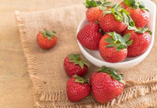 Verse aardbeien op tafel
