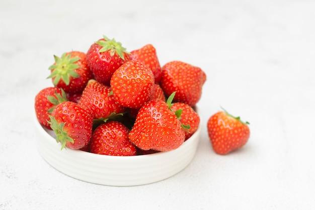 Verse aardbeien op wit