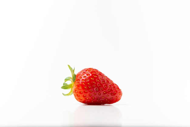 Verse aardbeien werden op een wit geplaatst.