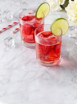 Verse aardbeiencocktails met munt en limoen