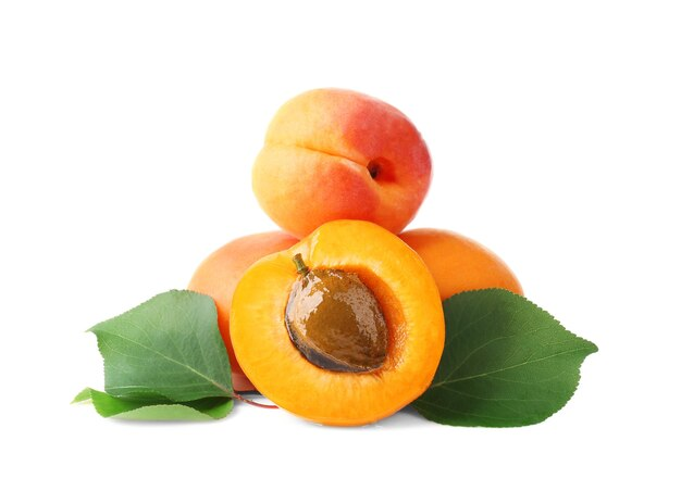 Verse abrikozen op witte ondergrond