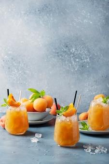 Verse abrikozencocktail met ijs en munt