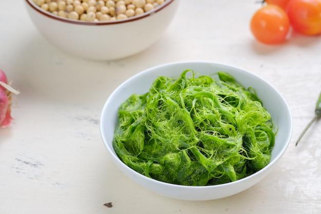 Verse algen in kom op witte tafel. aziatisch eten