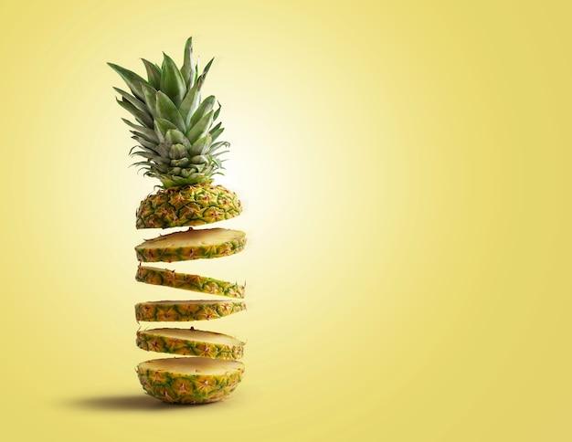 Verse ananas in plakjes gesneden vliegen, geïsoleerd