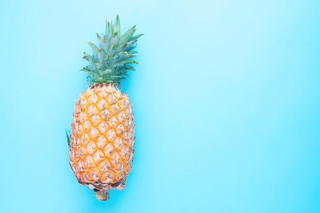 Verse ananas op blauwe kleurenachtergrond
