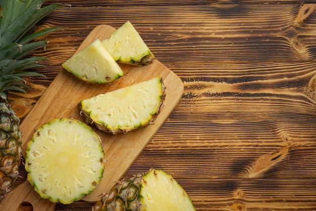 Verse ananas op donkere houten oppervlak