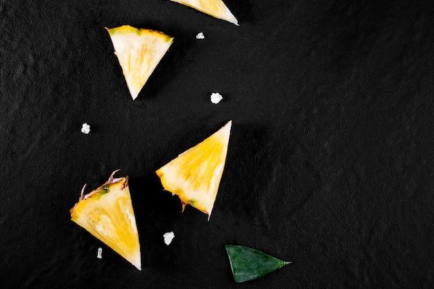 Verse ananas op zwart hout, zwarte ruimte.