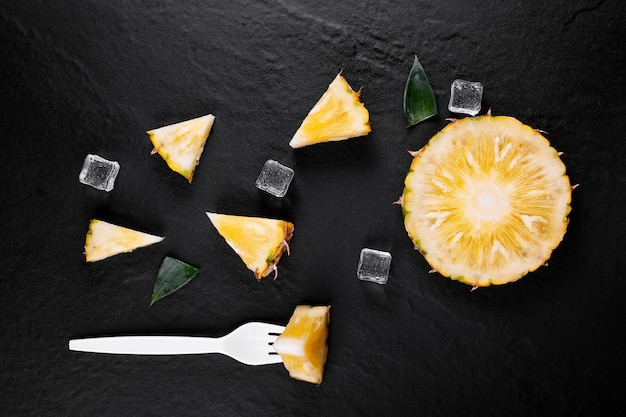 Verse ananas op zwart hout