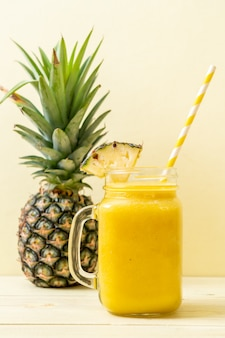 Verse ananas smoothie glas op houten tafel
