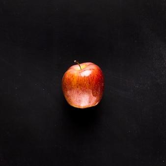 Verse appel op zwart bureau