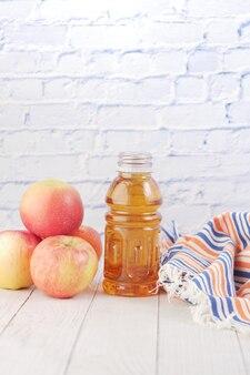 Verse appels en fles sap op tafel