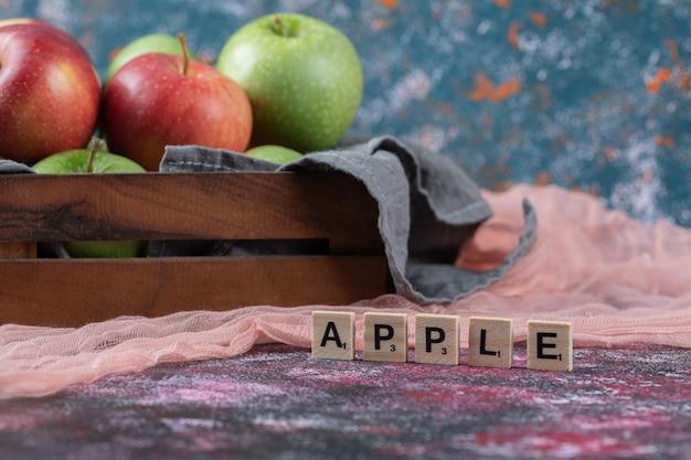 Verse appels in een rustieke houten container.